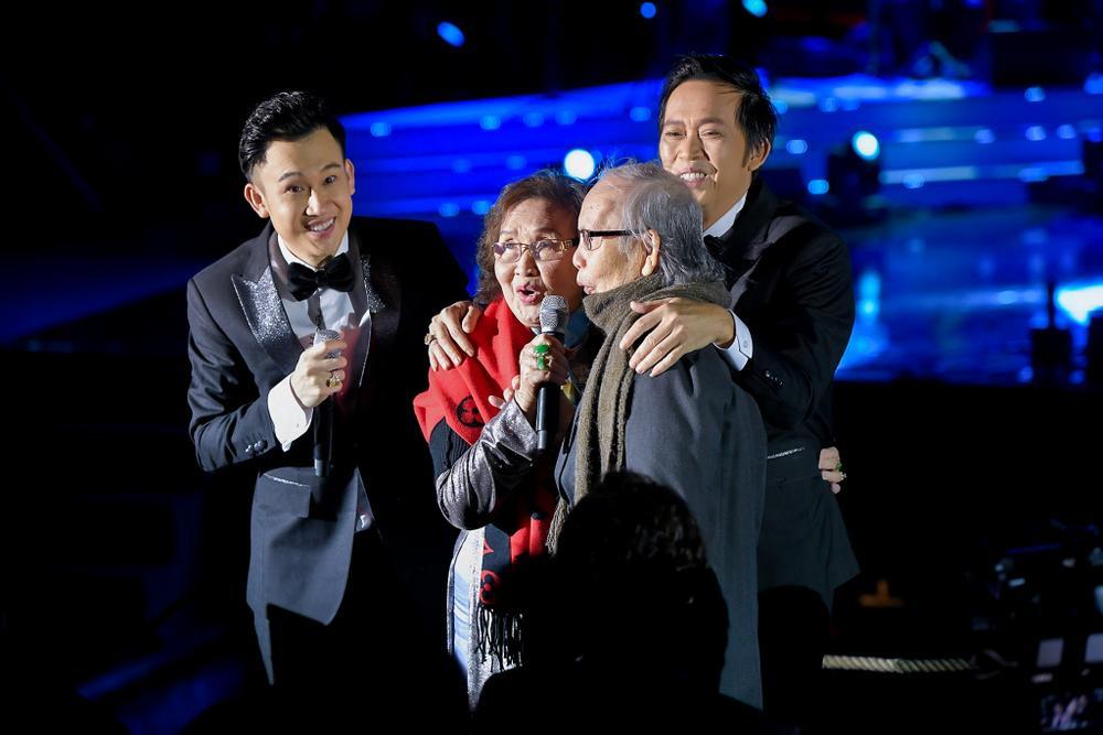 Dương Triệu Vũ bật khóc, cùng anh trai Hoài Linh hát tặng bố mẹ trong liveshow 'Dạ Nguyệt' Ảnh 20