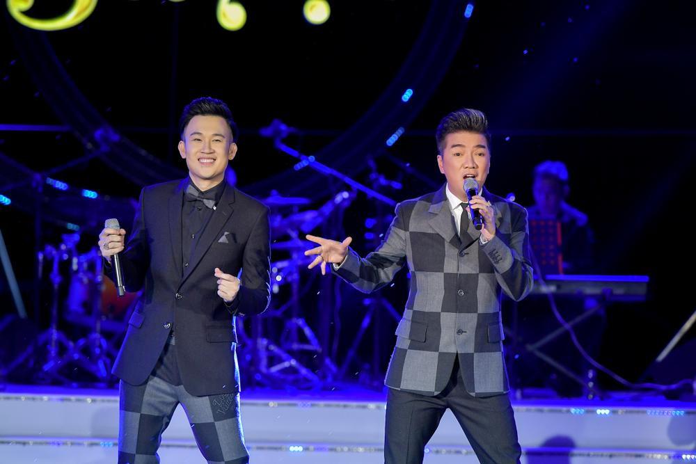 Dương Triệu Vũ bật khóc, cùng anh trai Hoài Linh hát tặng bố mẹ trong liveshow 'Dạ Nguyệt' Ảnh 27
