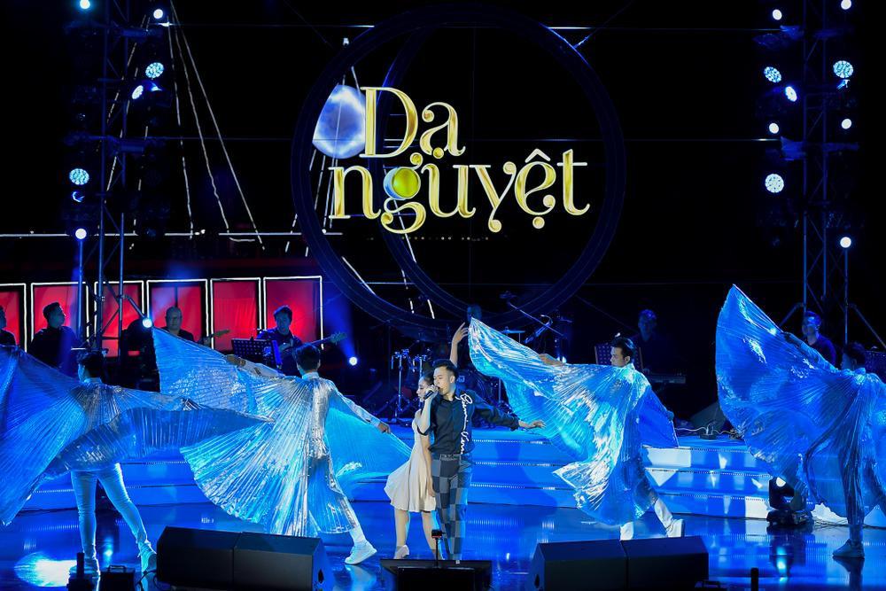Dương Triệu Vũ bật khóc, cùng anh trai Hoài Linh hát tặng bố mẹ trong liveshow 'Dạ Nguyệt' Ảnh 29