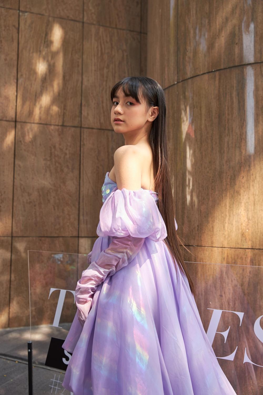 Mẫu nhí múa ballet hóa thiên nga dát vàng lấp lánh, mở màn show thời trang cùng Lynk Lee Ảnh 12