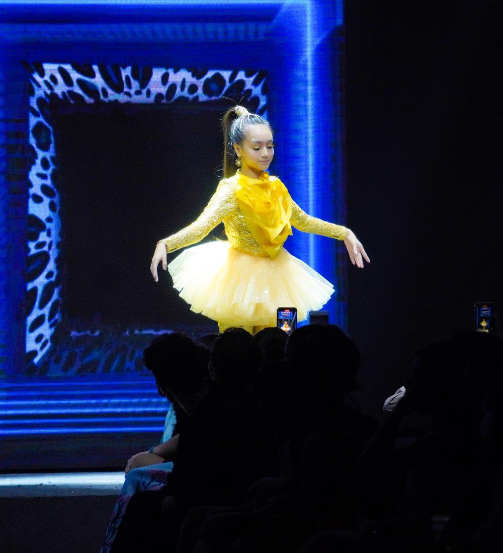 Mẫu nhí múa ballet hóa thiên nga dát vàng lấp lánh, mở màn show thời trang cùng Lynk Lee Ảnh 2