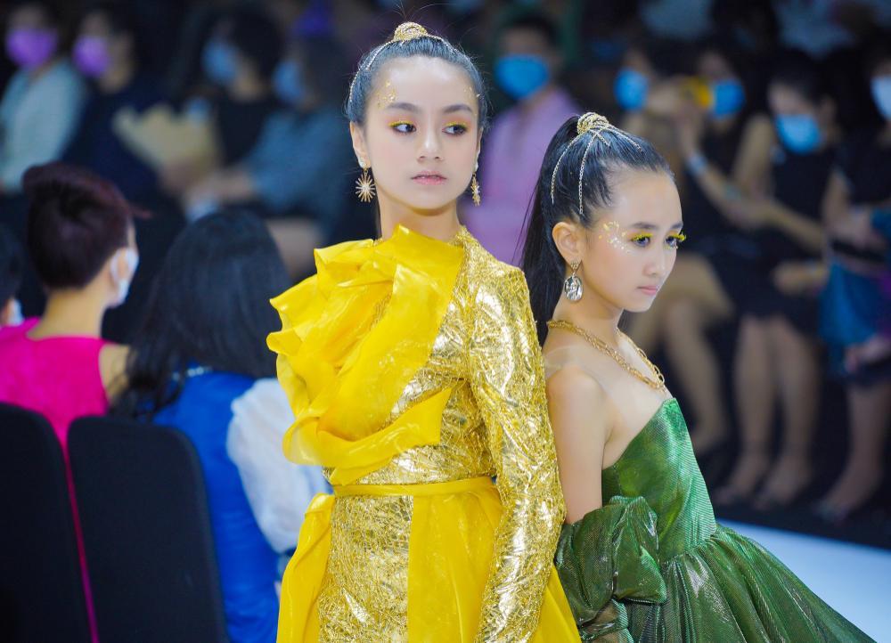 Mẫu nhí múa ballet hóa thiên nga dát vàng lấp lánh, mở màn show thời trang cùng Lynk Lee Ảnh 7