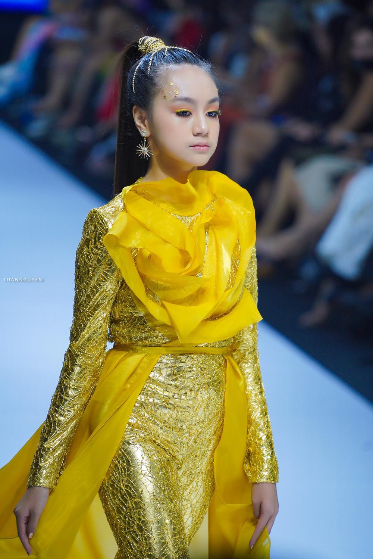 Mẫu nhí múa ballet hóa thiên nga dát vàng lấp lánh, mở màn show thời trang cùng Lynk Lee Ảnh 8