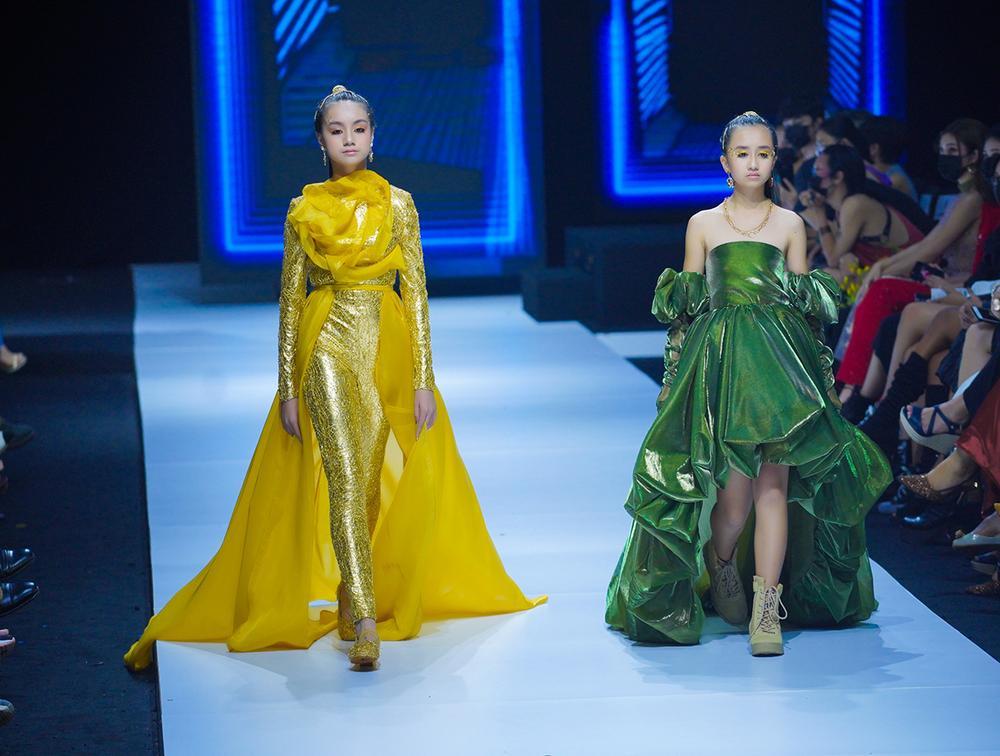 Mẫu nhí múa ballet hóa thiên nga dát vàng lấp lánh, mở màn show thời trang cùng Lynk Lee Ảnh 9