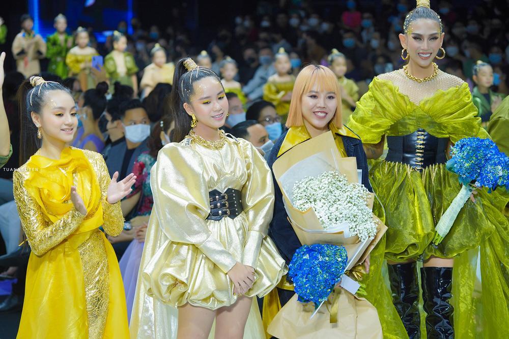 Mẫu nhí múa ballet hóa thiên nga dát vàng lấp lánh, mở màn show thời trang cùng Lynk Lee Ảnh 10