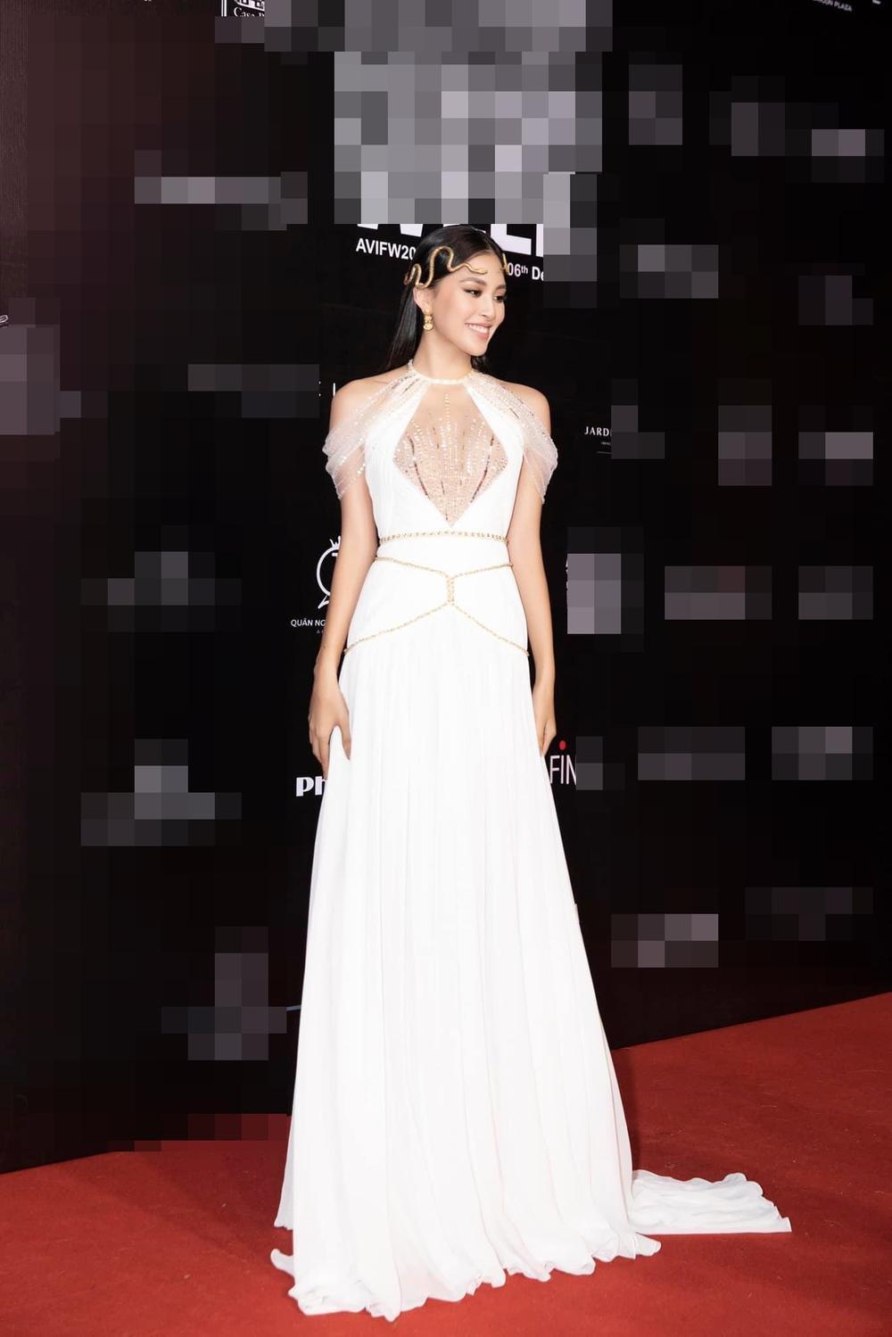 Hoa hậu Tiểu Vy mặc đầm hiểm hóc, ai cũng giật mình tưởng xuyên thấu vòng 1 Ảnh 2