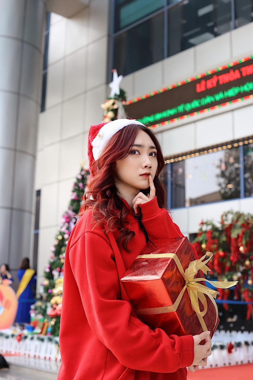 Dàn trai xinh gái đẹp 'trường NEU' háo nức check-in tiểu cảnh Noel Ảnh 1