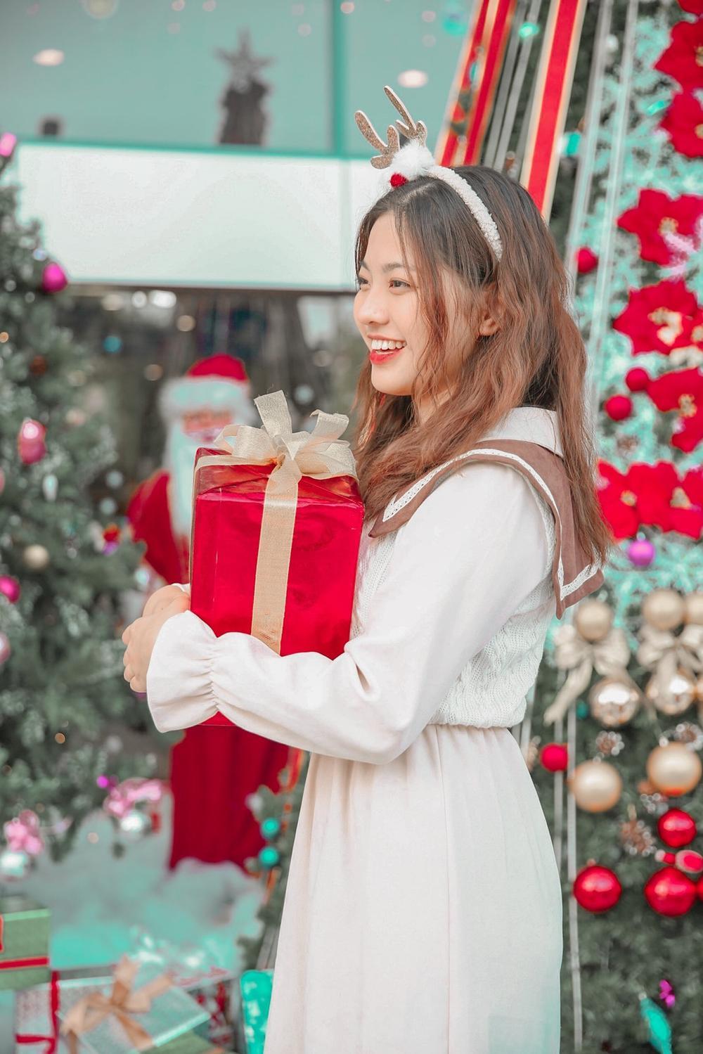 Dàn trai xinh gái đẹp 'trường NEU' háo nức check-in tiểu cảnh Noel Ảnh 10