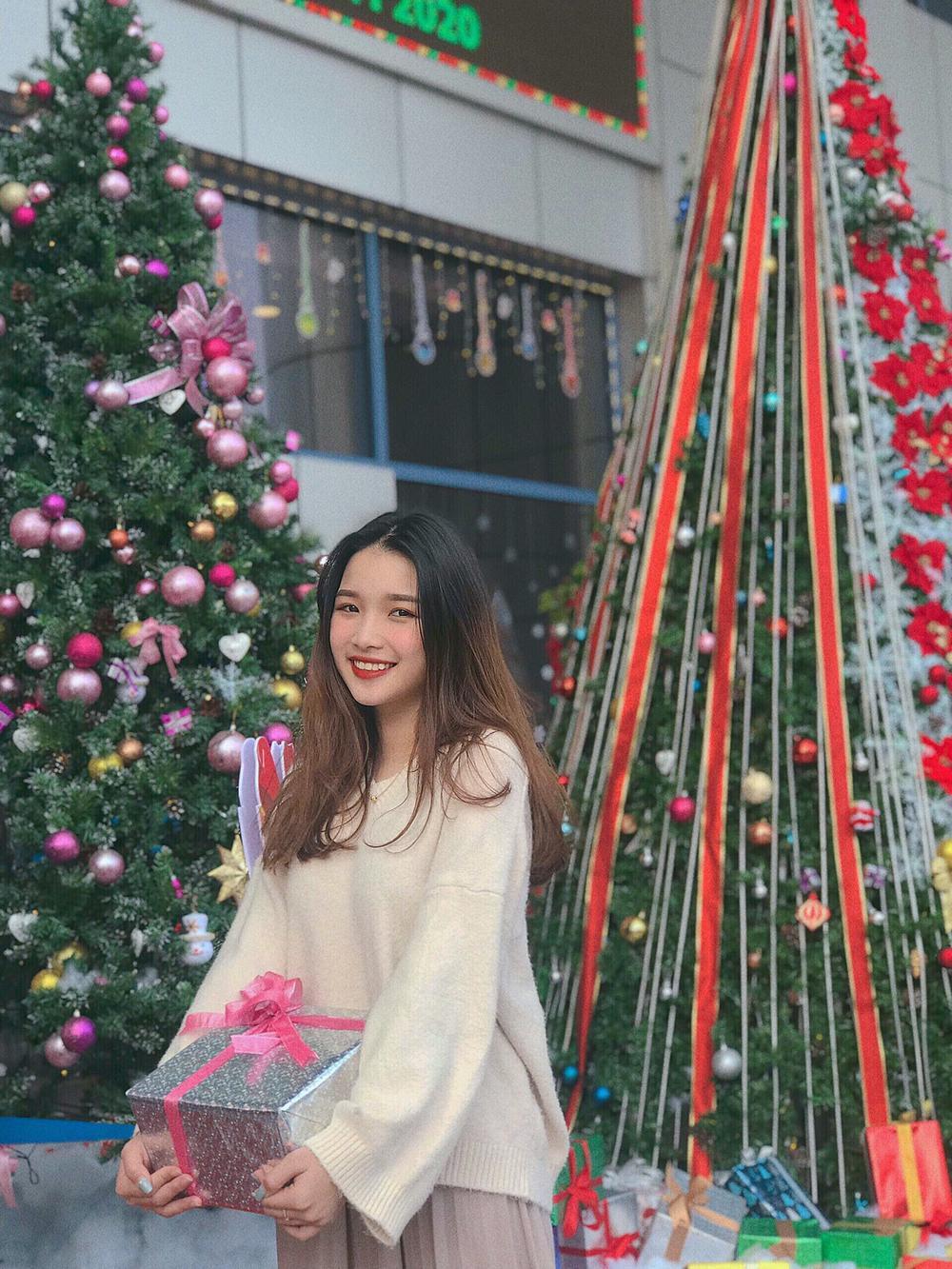 Dàn trai xinh gái đẹp 'trường NEU' háo nức check-in tiểu cảnh Noel Ảnh 9