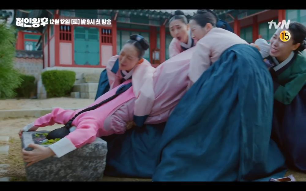 'Mr Queen': Choi Jin Hyuk khóc thét vì xuyên không về cổ đại làm vương hậu, cưới vua Ảnh 18