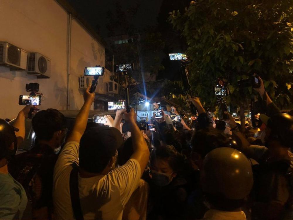 YouTuber chen nhau livestream phản cảm trước cổng nhà tang lễ diễn ra đám tang danh hài Chí Tài Ảnh 3