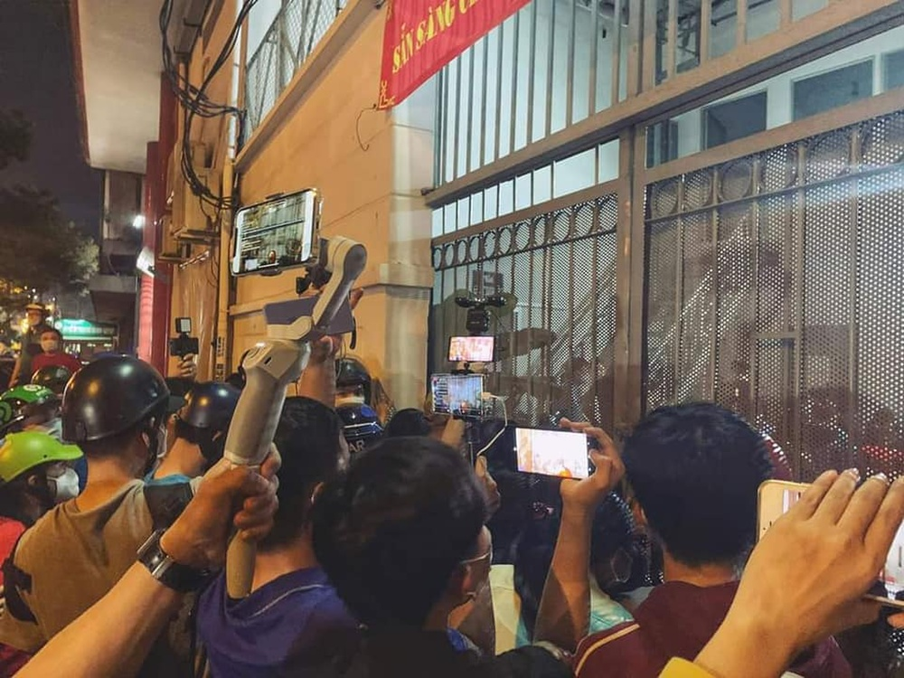 YouTuber chen nhau livestream phản cảm trước cổng nhà tang lễ diễn ra đám tang danh hài Chí Tài Ảnh 1