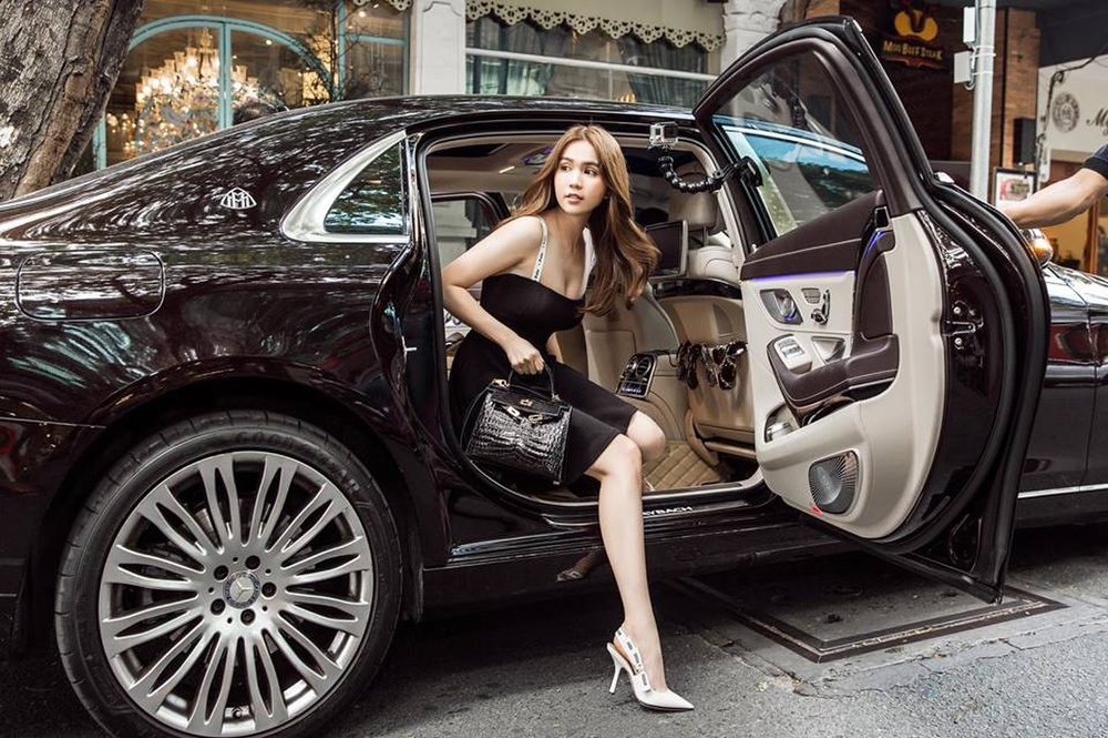 Dừng chân với chiếc Mercedes - Maybach S500 ở thời điểm hiện tại, gà cưng của Vũ Khắc Tiệp khiến mọi người không khỏi trầm trồ mỗi lần xuất hiện. Chiếc xế hộp tiền tỷ này