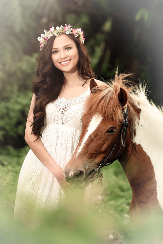 Sao Việt chụp ảnh cùng ngựa: Ngọc Trinh, Hoàng Thùy thần thái, Thủy Tiên lộ rõ vẻ thất thần Ảnh 4