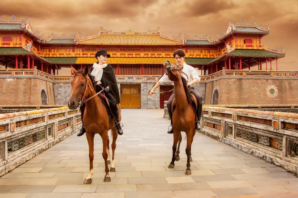 Sao Việt chụp ảnh cùng ngựa: Ngọc Trinh, Hoàng Thùy thần thái, Thủy Tiên lộ rõ vẻ thất thần Ảnh 5