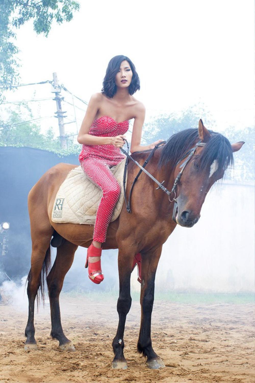 Sao Việt chụp ảnh cùng ngựa: Ngọc Trinh, Hoàng Thùy thần thái, Thủy Tiên lộ rõ vẻ thất thần Ảnh 8