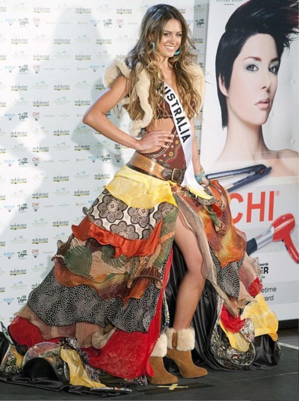 Trang phục dân tộc bị tẩy chay ở Miss Universe: Bộ như phim 18+, bộ vi phạm luật pháp Ảnh 1