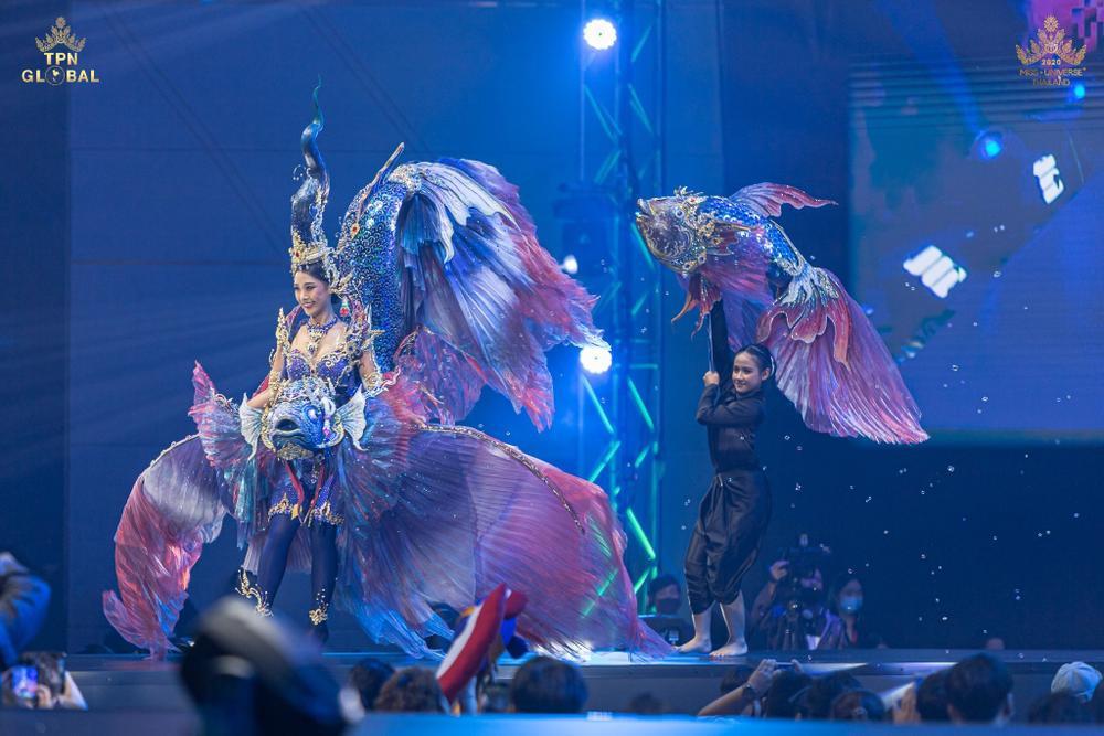 Hoa hậu Hoàn vũ Thái Lan gây tranh cãi khi mang trang phục dân tộc bầu ngực trần tới Miss Universe 2020 Ảnh 5