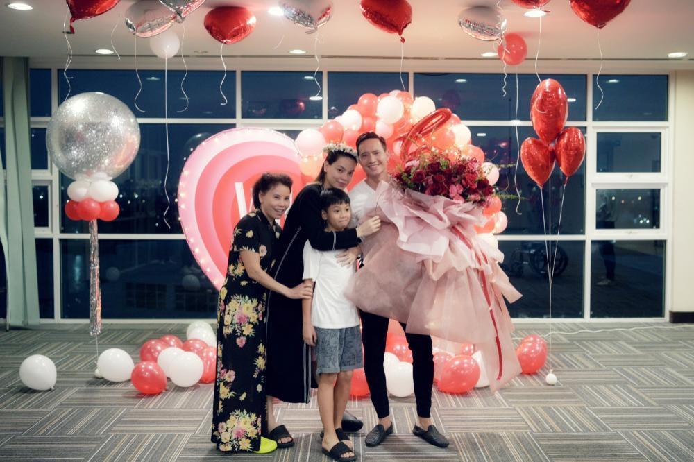 Hà Hồ gầy khó tin sau 1 tháng sinh đôi, fan 'soi' thói quen Kim Lý dành cho vợ ở chỗ đông người Ảnh 6