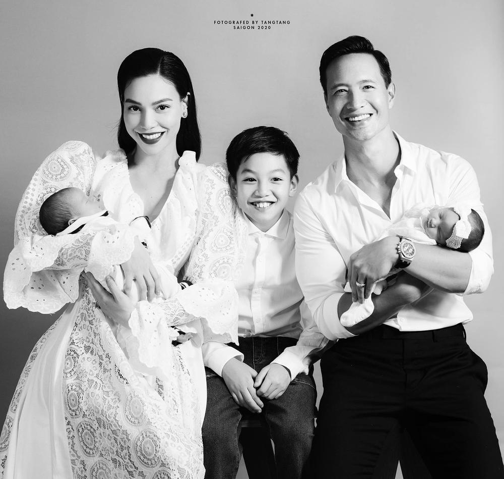 Hà Hồ gầy khó tin sau 1 tháng sinh đôi, fan 'soi' thói quen Kim Lý dành cho vợ ở chỗ đông người Ảnh 7