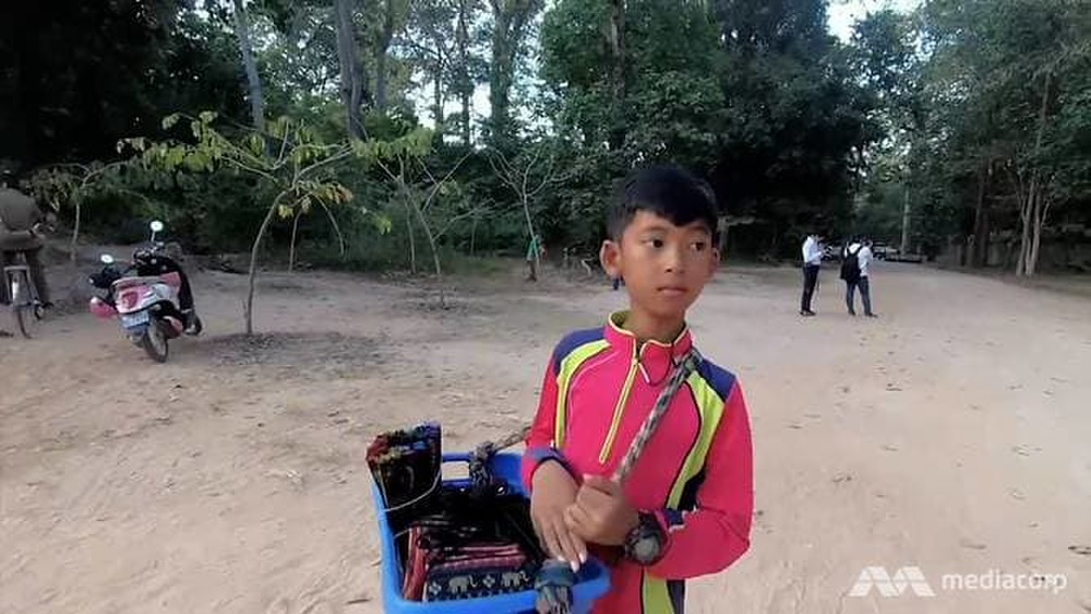 Cuộc sống của cậu bé bán rong Campuchia nói được 16 thứ tiếng bây giờ ra sao? Ảnh 3