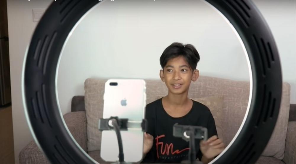 Cuộc sống của cậu bé bán rong Campuchia nói được 16 thứ tiếng bây giờ ra sao? Ảnh 6