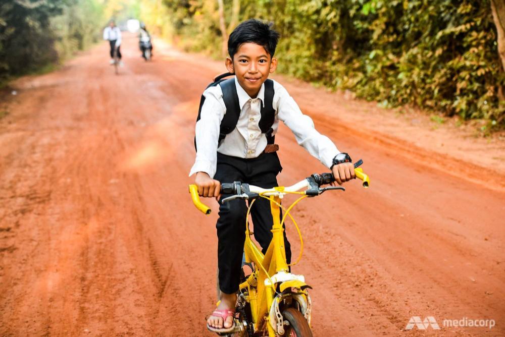 Cuộc sống của cậu bé bán rong Campuchia nói được 16 thứ tiếng bây giờ ra sao? Ảnh 4