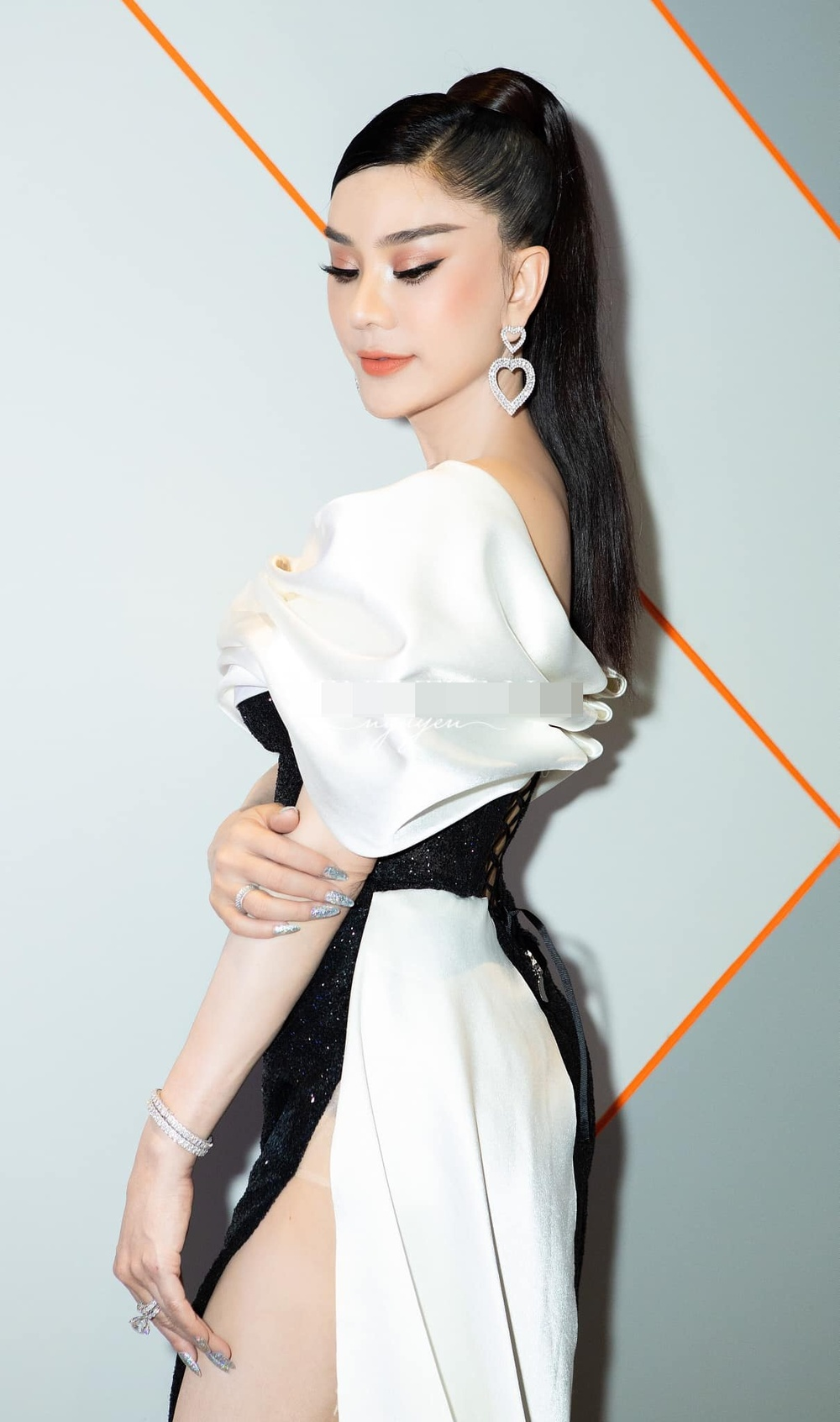 Lâm Khánh Chi mặc đầm xẻ đến hông, xinh đẹp rạng rỡ đạp tan tin đồn chỉnh sửa nát mặt Ảnh 3