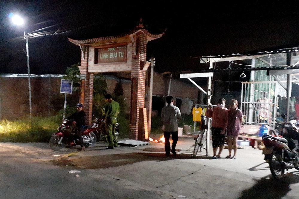 Mâu thuẫn khi chạy xe trên đường, nam thanh niên bị nhóm người vây đánh tử vong trước cổng chùa Ảnh 1