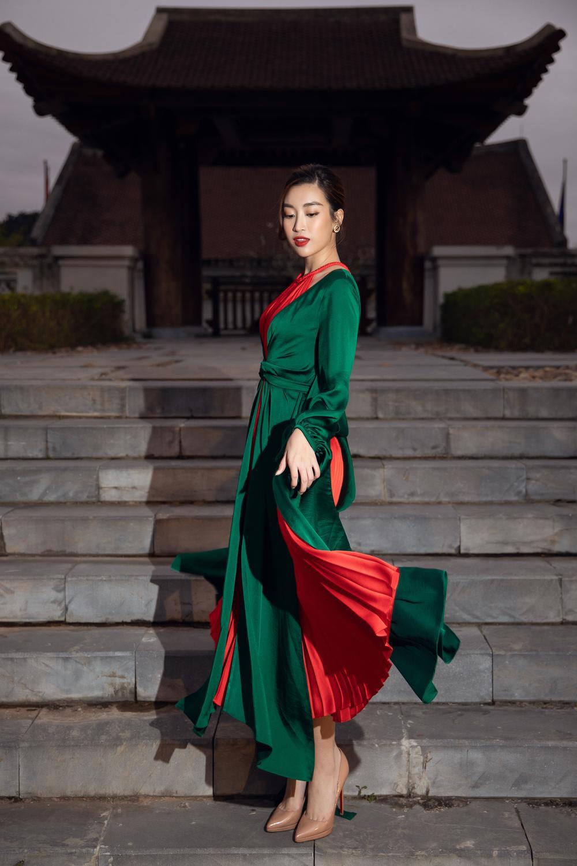 Đỗ Mỹ Linh, Tiểu Vy lên đồ lộng lẫy nhưng ôm giày chạy vì sợ trễ show khiến fan phì cười Ảnh 9