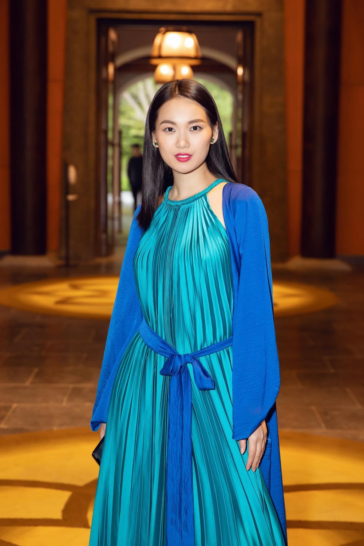 Tiểu Vy, Đỗ Mỹ Linh, Tống Diệu Hằng khoe sắc thắm thiết với váy tứ thân mớ ba mớ bảy Ảnh 3