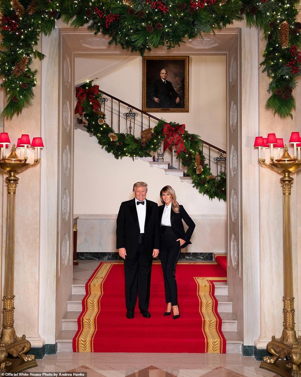 Vợ chồng Tổng thống Trump mặc trang phục ton sur ton chụp ảnh Giáng sinh Ảnh 1