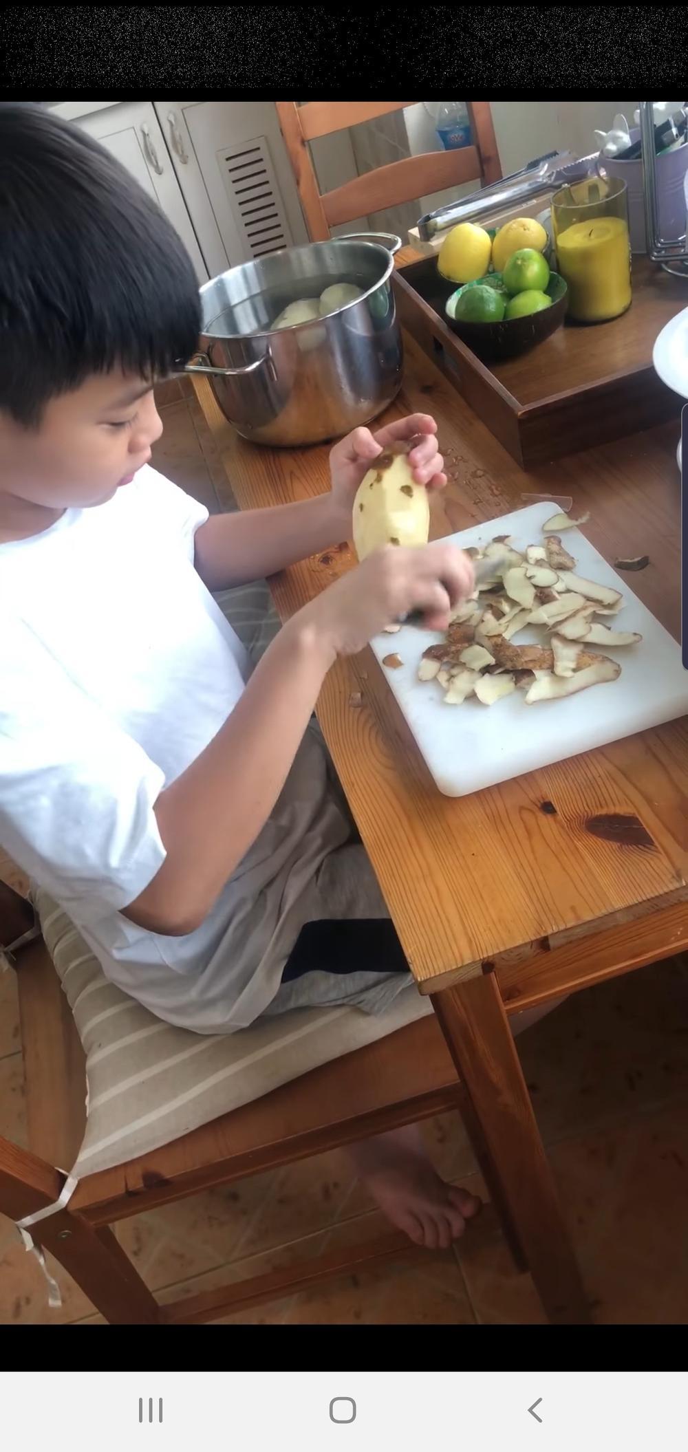 Bà ngoại Subeo không ngại cho cháu cầm dao, cùng nhau xuống bếp chuẩn bị đồ ăn cho Hà Hồ, Kim Lý Ảnh 3
