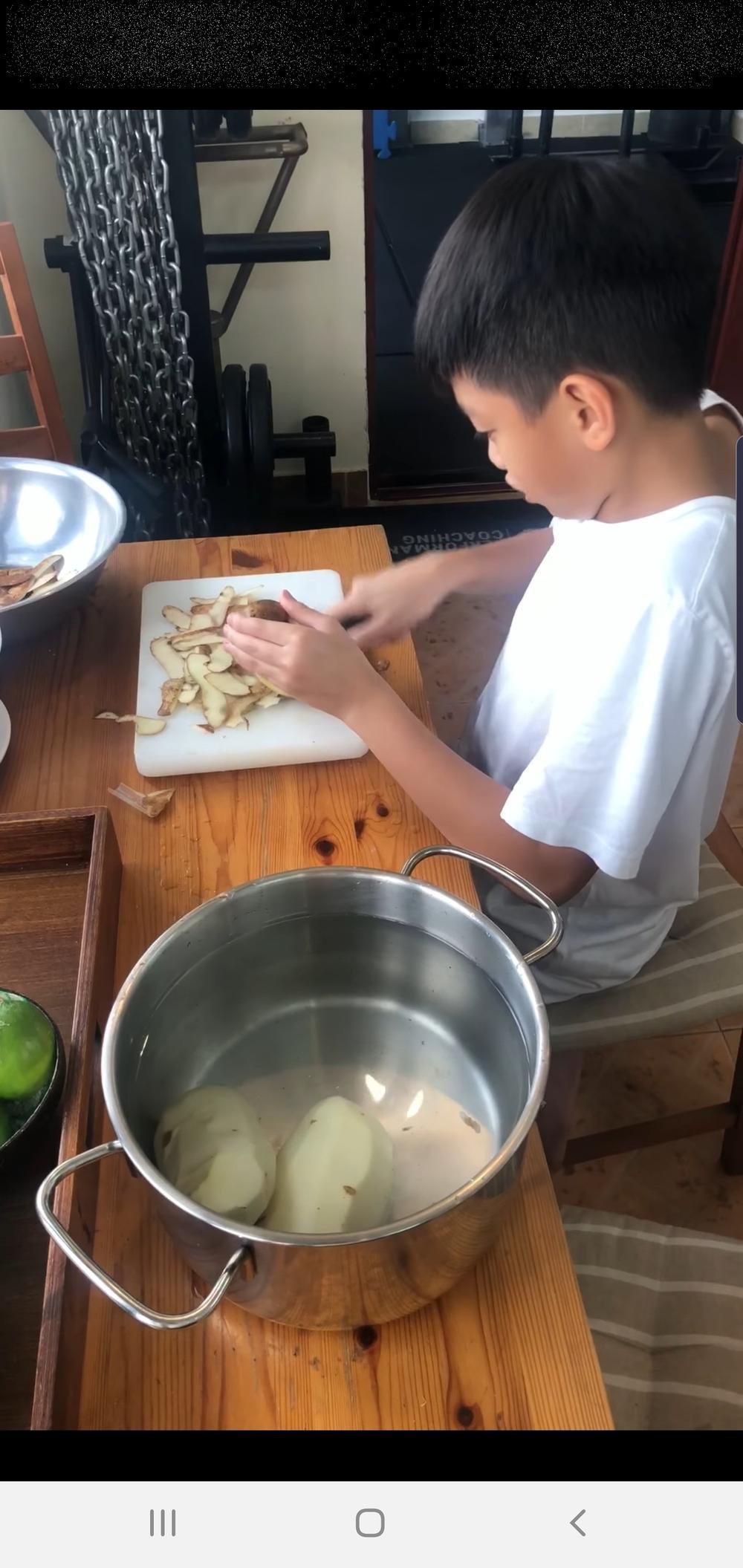 Bà ngoại Subeo không ngại cho cháu cầm dao, cùng nhau xuống bếp chuẩn bị đồ ăn cho Hà Hồ, Kim Lý Ảnh 4