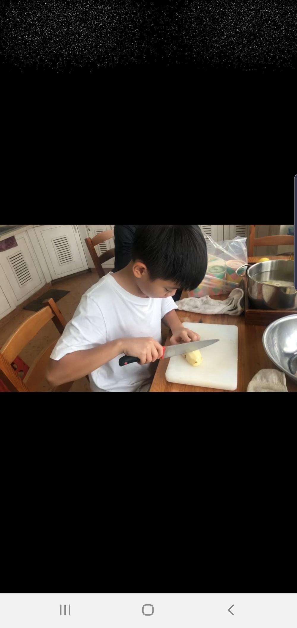 Bà ngoại Subeo không ngại cho cháu cầm dao, cùng nhau xuống bếp chuẩn bị đồ ăn cho Hà Hồ, Kim Lý Ảnh 5