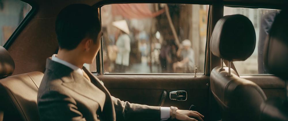 Sơn Tùng M-TP cầm lái xế cổ tiền tỷ trong MV 'Chúng ta của hiện tại' Ảnh 4