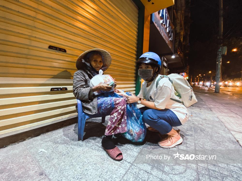 Ấm lòng những món quà đêm Noel dành tặng người vô gia cư ở khắp đường phố Sài Gòn Ảnh 13