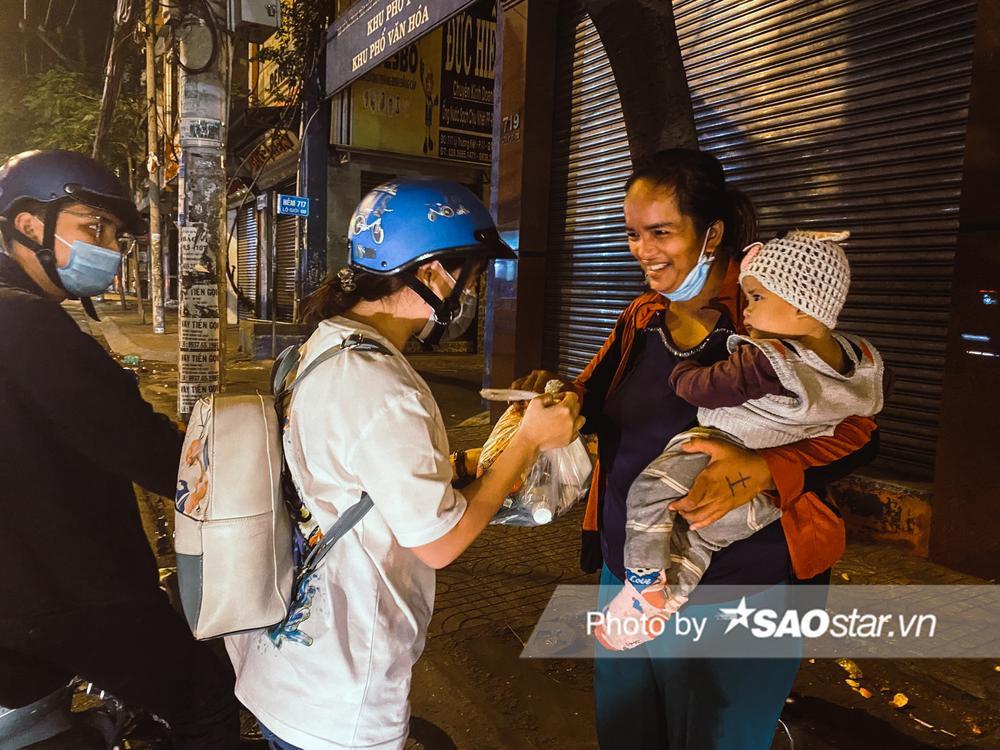Ấm lòng những món quà đêm Noel dành tặng người vô gia cư ở khắp đường phố Sài Gòn Ảnh 9