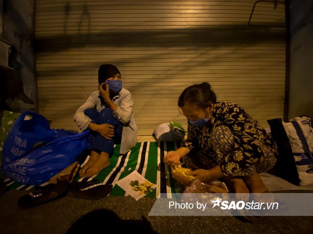 Ấm lòng những món quà đêm Noel dành tặng người vô gia cư ở khắp đường phố Sài Gòn Ảnh 8