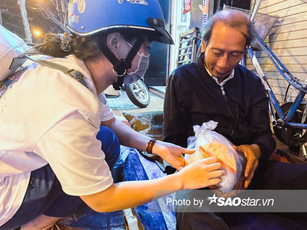 Ấm lòng những món quà đêm Noel dành tặng người vô gia cư ở khắp đường phố Sài Gòn Ảnh 5