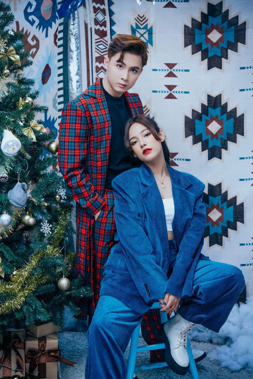 Cara - Noway tung bộ ảnh Giáng Sinh ấm áp, phát 'cẩu lương' miễn phí khiến fan ghen tị Ảnh 7