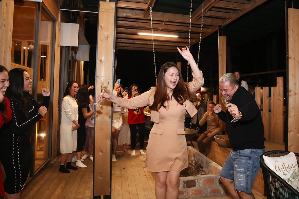 Giảm cân thành công, Phan Như Thảo tự tin diện váy bó khoe dáng bên ông xã đại gia Ảnh 2