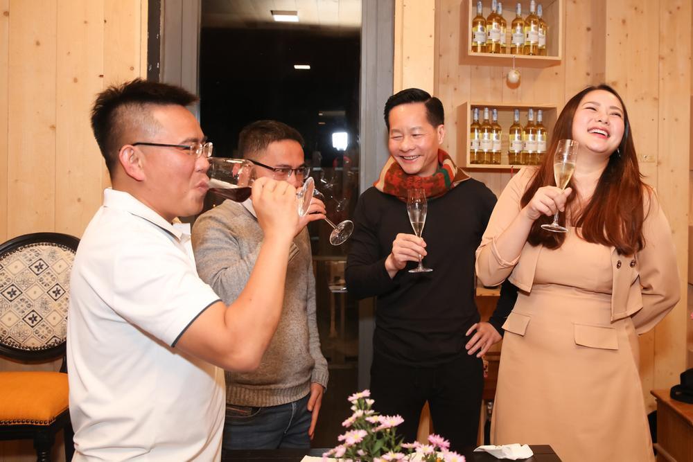 Giảm cân thành công, Phan Như Thảo tự tin diện váy bó khoe dáng bên ông xã đại gia Ảnh 1