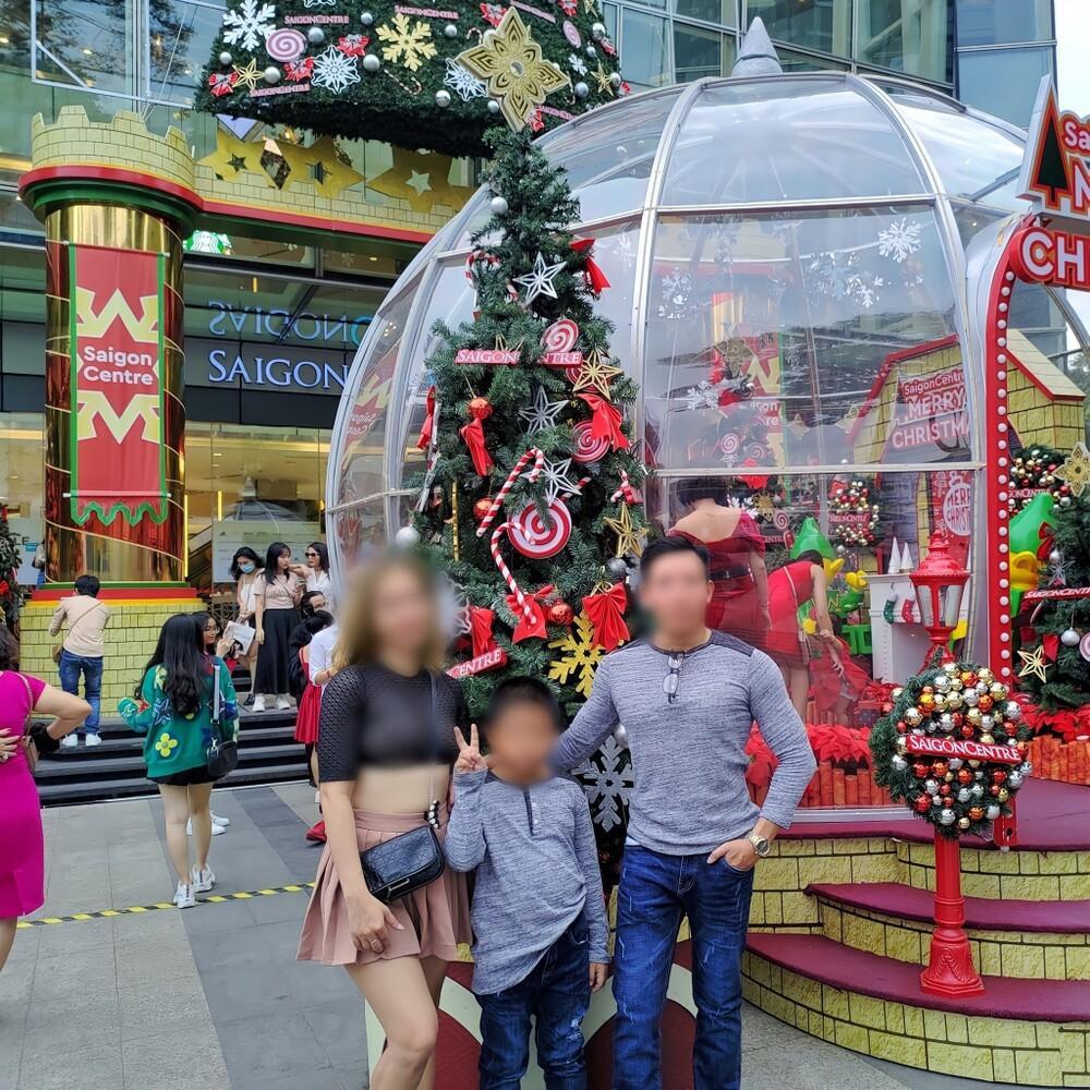Nhóm phụ huynh xôn xao trước loạt hình ảnh người phụ nữ để ngực trần đi chơi Noel cùng chồng và con nhỏ Ảnh 1