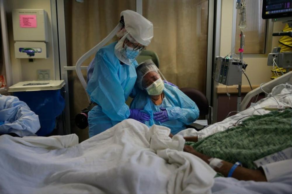 Những bức ảnh xúc động về đội ngũ y tế trong cuộc chiến chống COVID-19 năm 2020 Ảnh 13