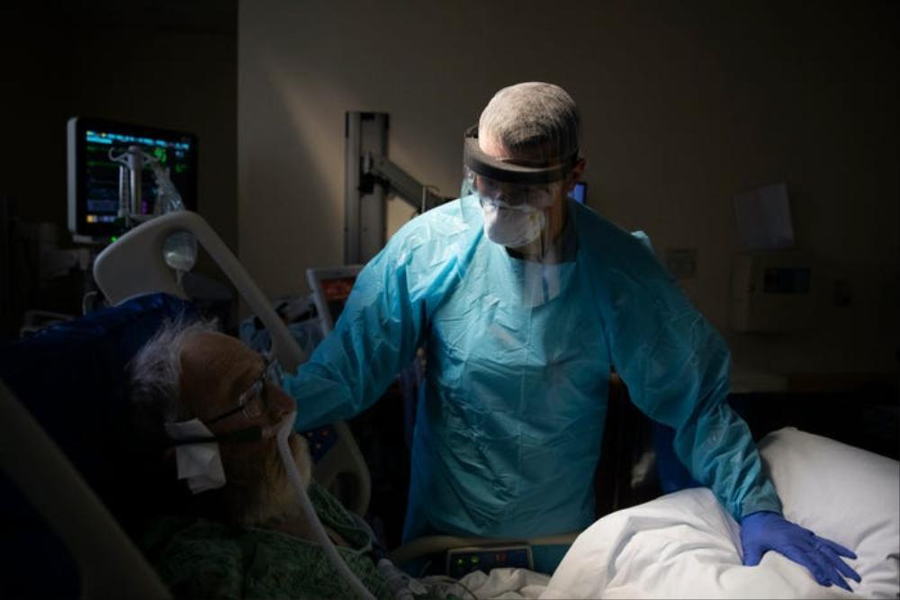 Những bức ảnh xúc động về đội ngũ y tế trong cuộc chiến chống COVID-19 năm 2020 Ảnh 4