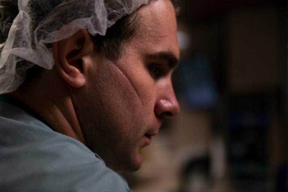 Những bức ảnh xúc động về đội ngũ y tế trong cuộc chiến chống COVID-19 năm 2020 Ảnh 1