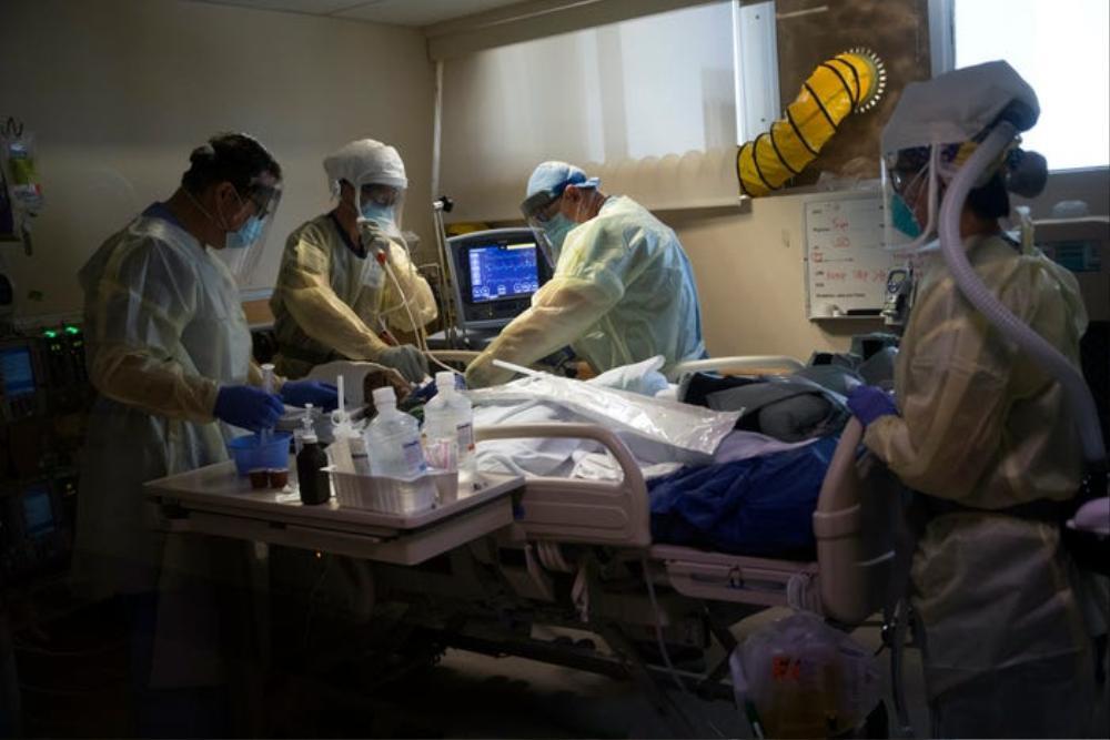Những bức ảnh xúc động về đội ngũ y tế trong cuộc chiến chống COVID-19 năm 2020 Ảnh 11