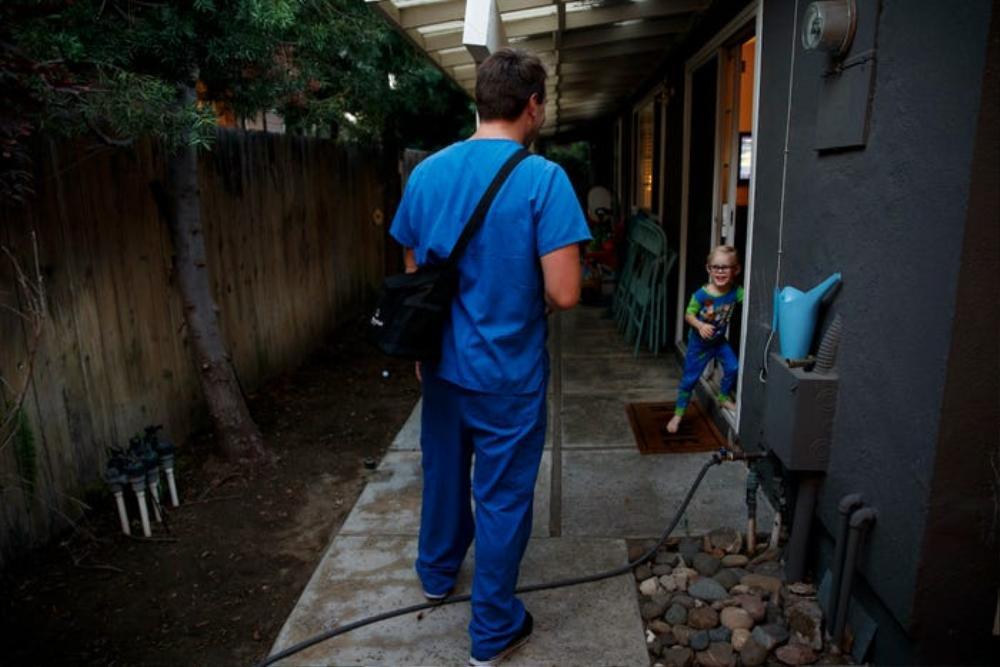 Những bức ảnh xúc động về đội ngũ y tế trong cuộc chiến chống COVID-19 năm 2020 Ảnh 2