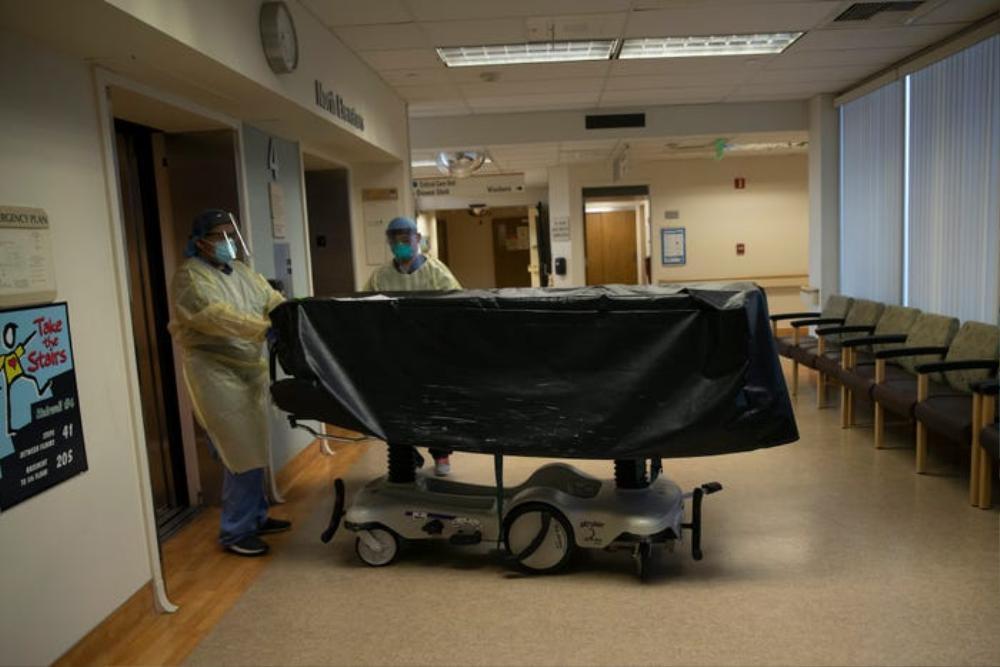 Những bức ảnh xúc động về đội ngũ y tế trong cuộc chiến chống COVID-19 năm 2020 Ảnh 7
